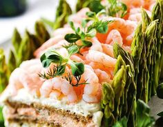 Kalaisa voileipäkakku/Fish bread cake with prawns and asparagus, Kotiliesi. Fish Sandwich, Sandwich Cake, Sandwiches, Fish Breading, Scandinavian Food, Bread Cake, Asparagus Recipe, Pain, Fresh Rolls