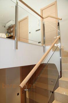 Barandilla en acero inoxidable AISI-304. Montantes de 40x40, pasamano redondo de Ø50, vidrio laminado de 4+4mm y sujeción guia.  http://www.barandillasprecios.com/barandillas/barandillas-interiores/cristal2012-10-01-20-53-40/cristal-vi7-detail