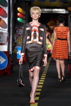 Moschino verão 2016: para parar o trânsito em Milão - Vogue | Desfiles