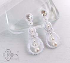 "ソウタシエ・イヤリング ""Wedding Bell"" earrings by KaoriNa. Bead Jewellery, Diy Jewelry, Jewelery, Jewelry Design, Jewelry Making, Soutache Necklace, Beaded Earrings, Earrings Handmade, Handmade Jewelry"