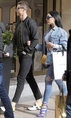"""#CristianoRonaldo y #GeorginaRodríguez, auténticos maestros del """"street style"""". La famosa pareja salió a hacer unas compras por las calles de Madrid. #HalaMadridyNadaMás"""
