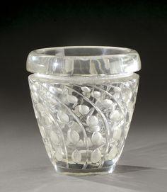 RENE LALIQUE (1860-1945) Vase de forme tronconique, modèle «Lemna» en verre moulé-pressé patiné translucide. Signé à l'acide «R.Lalique». Modèle crée en 1934. H : 19 cm (hva)