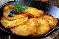 Fincsi receptek: Lereszelte az almát, majd összekeverte a liszttel,. Vegan Recipes, Cooking Recipes, Good Food, Yummy Food, Czech Recipes, Hungarian Recipes, Sweet Cakes, Food 52, Desert Recipes
