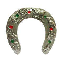 http://maniasemanias.com/produto/ferradura-da-sorte-c-inscricoes - Não é de hoje que as ferraduras são consideradas amuletos da sorte – embora cada um acredite em uma maneira correta de usá-las, e sabe-se lá qual é a verdadeira.