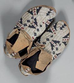 MOCASSINS d'homme Sioux, vers 1880-1900 Cuir et perles Longueur: 28,5 cm; Largeur: 10 cm Les mocassins à rabats sont entièrement recouverts de perles en lazystich recouvrant le talon sur quatre rangs,… - Eve - 07/12/2015