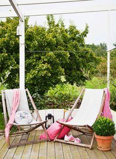 Trädäcket utanför kök och groventré byggde Anna och Fredrik andra sommaren i huset. Där är det kvällssol och familjen använder trädäcket mycket, till umgänge och middagar med vänner, men också för lugna stunder i hängmattorna. En annan populär plats är det forna garaget som byggts om till ett gästhus med badavdelning och har fått en terrass med sydländsk stämning.