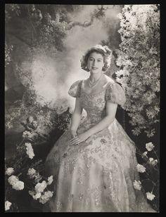 Sir Cecil Beaton: a 19 éves Erzsébet hercegnő a Buckingham-palotában. 1945. március