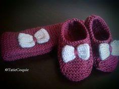 Les petits chaussons et le bandeau qui vont avec la robe ! Taille : 3/6 mois Aiguilles : n°3 Laine : 1 pelote de 200 mètres de coloris A, une fin de pelote de coloris B Points utilisés : mousse Niveau de difficulté : débutant EXPLICATIONS CHAUSSONS Monter... Kids Patterns, Knitting Patterns, Tricot Baby, Baby Slippers, Baby Boots, Practical Gifts, Unusual Gifts, Baby Knitting, Knit Crochet