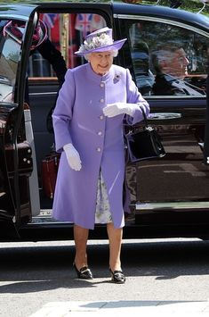 The Queen opens up a Diamond Jubilee Maternity Unit at Lister Hospital in Hertfordshire, UK