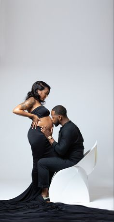 Girl Maternity Pictures, Couple Pregnancy Pictures, Couple Pregnancy Photoshoot, Pregnancy Goals, Pregnancy Shoots, Studio Maternity Shoot, Maternity Poses, Maternity Photography Outdoors, Pregnant Couple