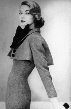 Jean Patchett wearing a Norman Norell outfit, photo by John Rawlings for Vogue… Retro Mode, Vintage Mode, Retro Vintage, Vintage Glamour, Vintage Beauty, Look Fashion, Retro Fashion, Fashion Models, Fashion Design