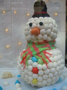Muñeco de nieve dulce. Gominolas. sweet table. Cristmas Holiday Cakes, Christmas Desserts, Candy Kabobs, Rainbow Treats, Marshmallow Cake, Candy Cakes, Chocolate Bouquet, Candy Bouquet, Cake Boss