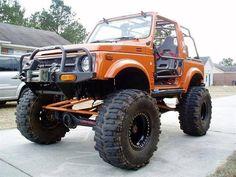 Suzuki Samurai anaranjado con llantas muy grandes y muy levantado