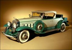 First Automobiles In The 1920S -  I choose this car because its what I picture gatsbys car to look like