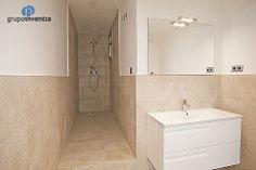 En la #reforma del baño principal se utilizó un diseño en #coloresneutros y se equipó por compelto. #bathroom #barcelona #interiorismo