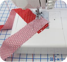 Binding strip technique that saves time.I have used this technique for joining bias strips for Binding, Bias Tape or Piping for years, Read the information. Naaien biasband Binding strip technique that saves time.I'm definitely going to try this. I hate t Quilt Tutorials, Sewing Tutorials, Sewing Patterns, Techniques Couture, Sewing Techniques, Quilting Tips, Machine Quilting, Beginner Quilting, Sewing Hacks