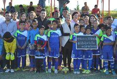 Juegan niños Fútbol por la Paz
