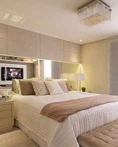 A great bedroom design is one that is both stylish and comfortable. Master Bedroom Design, Dream Bedroom, Home Bedroom, Bedroom Decor, Bedrooms, Bedroom Ideas, Bed Design, House Design, Plafond Design