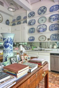 Furlow Gatewood's timeless kitchen (unkitchen) with blue and white Chinoiserie transferware. Fancy Kitchens, Timeless Kitchen, Chinoiserie Chic, Blue And White China, White Rooms, Delft, White Decor, Plates On Wall, White Porcelain