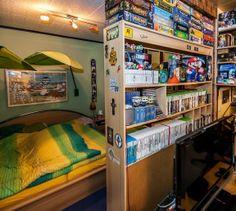 Das Schlafzimmer ist nur durch ein Regal vom Wohnzimmer getrennt. #homestory #homestoryde #home #interior #design #inspiring #creative #games #spielehelden.net #computer #videospiele