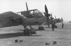 Aircraft - 1942, Allemagne, Des avions de reconnaissance Blohm & Voss BV 141 B-0 sur un aérodrome - 11/13 |  Le Blohm & Voss BV 141 est développé en concurrence avec le Focke-Wulf Fw 189 qui sera finalement choisi par la Luftwaffe. Il s'agit ici d'avions de pré-séries BV 141 B-0.