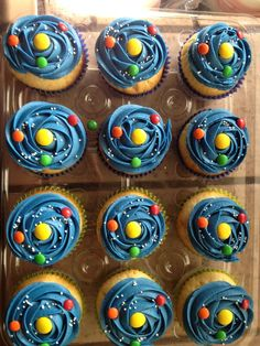 Throw the Best Science Birthday Party - with Mad Science! This year, Kristen and I put together K's birthday party – together! Our first joint birthday party for K! And we were both super excited to hear that K wanted a science-themed birthday party. Cupcake Show Da Luna, Fete Marie, Space Cupcakes, Galaxy Cupcakes, Astronaut Party, Joint Birthday Parties, Themed Parties, Outer Space Party, Snacks Für Party