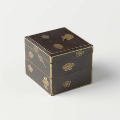 anoniem | Vierkante stapeldoos, zwarte lak met strooibloemen in goud-makie, anoniem, 1700 - 1800 | Vierkante stapeldoos met twee bakjes en een vlakke deksel (waarschijnlijk ontbreekt één bak). Zwarte lak met strooibloemen  in goud-makie. Smalle gouden banden omranden de zijden en het deksel.