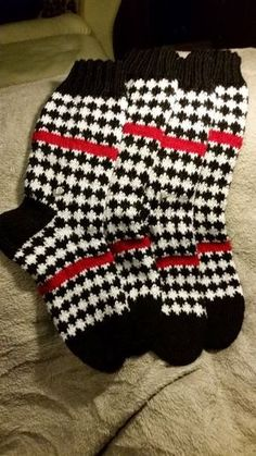Neulonta, virkkaus, villasukat, kissat. Fair Isle Knitting, Knitting Socks, Knit Socks, Woolen Socks, Marimekko, Knit Or Crochet, Knitting Projects, Mittens, Cross Stitch