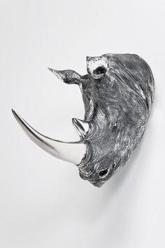 Dierenkop Neushoorn Antique Dear Head. Deze te gekke dierenhoofd voor aan de muur van een neushoorn in het zilver is helemaal te gek. Het dierenhoofd is enorm goed afgewerkt en je ziet de kleinste details terug. Dierenhoofd neushoorn Antique is dan ook een echte musthave voor je huis!