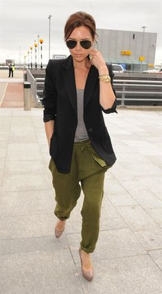 46 trendy how to wear green pants casual simple Pantalon Slouchy, Slouchy Pants, Moda Victoria Beckham, Victoria Beckham Style, Vic Beckham, Look Fashion, Winter Fashion, Fashion Black, Cheap Fashion