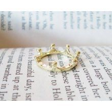 Super cute little crown ring