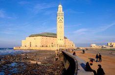 Casablanca: Principal y mayor ciudad de Marruecos, con más de tres millones de habitantes. Es el corazón cosmopolita, industrial y económico del país. Casablanca, San Francisco Ferry, World, Building, Industrial, Travel, Morocco, Countries, Urban