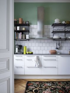 17 gorgeous white kitchens to be inspired by! 17 gorgeous white kitchens to be inspired by! Cleaning Hacks Tips And Tricks, Upper Cabinets, Kitchen Cabinets, Interior Design Kitchen, Kitchen Decor, Kitchen Tile, Green Painted Walls, Home Icon, Nordic Home