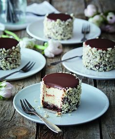 Små chokoladebomber med passionsfrugt | ISABELLAS Mini Desserts, Cookie Desserts, Delicious Desserts, Cupcakes, Cake Cookies, Cupcake Cakes, Diy Dessert, Dessert Bread, Sweet Recipes