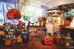 Parte da mesa de doces montada em torno de uma Kombi, a pedido do noivo.