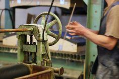 Työvaihe: Muotopuristeen valmistus | Craft: Plywood raw material Tuotantolinja: Pöydät | Production line: Dining  #pohjanmaan #pohjanmaankaluste #käsintehty #craftsman #craftsmanship #handmadefurniture #furnituremaker #furnituredecor