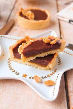 Tartelettes façon Snickers Chocolat au Lait Cacahuète & Caramel au Beurre Salé - Chocociframboise | Le blog Sugar, Cookies, Breakfast, Desserts, Blog, Shortbread, Greedy People, Food, Crack Crackers