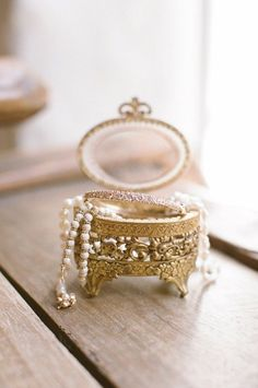 Showcase your wedding day jewels in a lovely vintage jewelry box! Dig around and you may be lucky to find a gorgeous familly heirloom just like this one! Look Vintage, Vintage Beauty, Vintage Glam, Rosa Rose, Pearl And Lace, Just Girly Things, Jewel Box, Ring Verlobung, Trinket Boxes