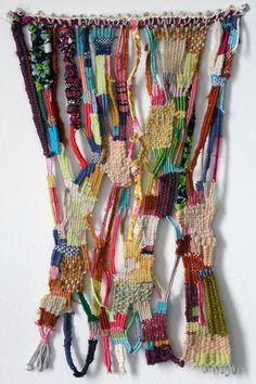 Les chutes de tissu, de laine, de cuir, de rubans se tressent et s'emmêlent pour créer un tableau.
