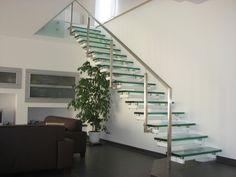 Escada de vidro com corrimão metálico
