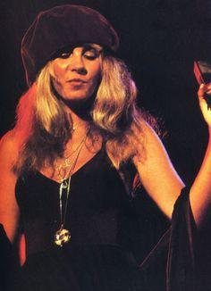 Stevie ~ ☆♥❤♥☆ ~ the Super Queen of Rock herself wearing a soft brown velvet beret that tones in with her dress and shawl Look Vintage, Vintage Ladies, Buckingham Nicks, Stevie Nicks Fleetwood Mac, Music Aesthetic, Female Singers, Rock N Roll, My Idol, Dreaming Of You