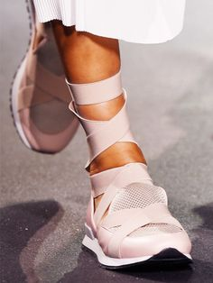179 details photos of Vionnet at Paris Fashion Week Spring Sneakers Mode, Sneakers Fashion, Fashion Shoes, Paris Fashion, Sneaker Outfits, Ballerinas, Only Fashion, Womens Fashion, Fashion Fashion
