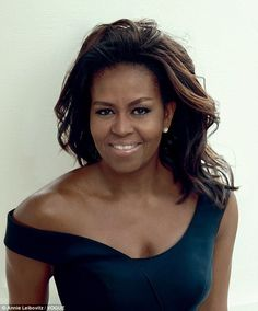 Michelle Obama's make-up artist has revealed the secret behind the First Lady's youthful skin - a 'organic Botox' gel recommended to her by the Duchess of Cambridge. Mr Obama, Barack Obama Family, Obamas Family, Barrack And Michelle, Michelle And Barack Obama, Presidente Obama, Michelle Obama Fashion, Black Presidents, African American Women
