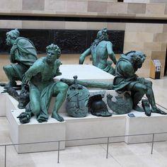 A galera na pracinha lá do Louvre depois de um dia puxado na batalha. #paris #france #louvre  #europa #eurotrip #turistando #ferias #viagem #viaje #viajar #trip #travel #patriciaviaja