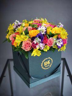 New Square Succulent Wreath Ideas Hat Box Flowers, Box Roses, Flower Boxes, Succulents Drawing, Hanging Succulents, Indoor Succulents, Vertical Succulent Gardens, Flower Arrangements Simple, Succulent Wreath