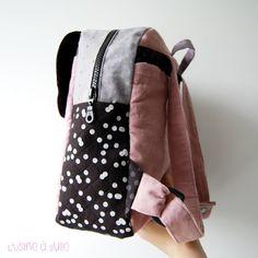 [DIY] Sac à dos enfant   L'usine à bulle Diy Couture, Fashion Backpack, Sewing Projects, Textiles, Boutique, Crochet, Pillow Ideas, Baby Baby, Lily