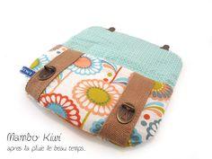 Housse téléphone/pochette fourre-tout originale tissu 70's fleurs avec fermoirs cartable : Etuis portables par mambo-kiwi