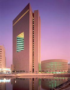 The Pritzker Architecture Prize1988  Gordon Bunshaft -National Commercial Bank in Jeddah   고든 분샤프트는 70년대 국제주의 양식의 시금석이 된 미국건축가의 전형으로 자신만의 독창적인 디자인과 창의성을 바탕으로 일관성있는 디자인, 기능적인 해결성을 중시하였다. 그는 미스 반 데 로에의 영향을 많이 받았으며 특히 상업건물의 외관에 커튼월 유리구조를 주로 사용할 정도로 현대적인 재료인 돌, 유리, 금속 등을 선호하였다.   이 건축물은 27층의 삼각형 타워이며 건물 옆에는 원형의 6층 주차 빌딩이 위치한다.