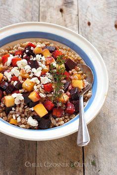 Chilli, czosnek i oliwa - blog o kuchni śródziemnomorskiej: Sałatka z pszenicy farro z pieczonymi warzywami i fetą