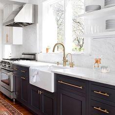 Hope no one is sick of this kitchen yet. 😁 📷 @jenniferhughesphoto #sorrynotsorry #elizabethlawsondesign #freshandmodern #kitchen #kitchendesign #SOdomino #woodlawnproject